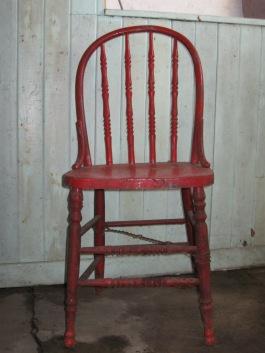 La petite chaise rouge à la cabane à sucre de Valiier.