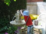 Poupou lave la fontaine.