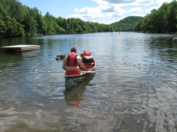 Juin 2014: Le club des beaux-frères solidaitres ayant réparé notre canot percé, une grande traversée du lac au chalet fut aussitôt organisée. Summertimme.... and tehe liing is easy...
